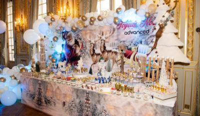 buffet noël pere noël gâteaux blanc ballons chique