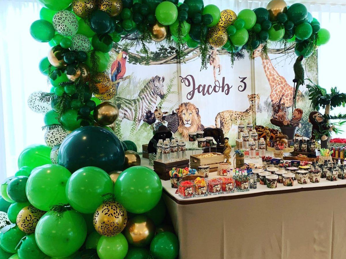 Ballons verts buffet animaux savanes thèmes gâteaux safari événement enfant anniversaire