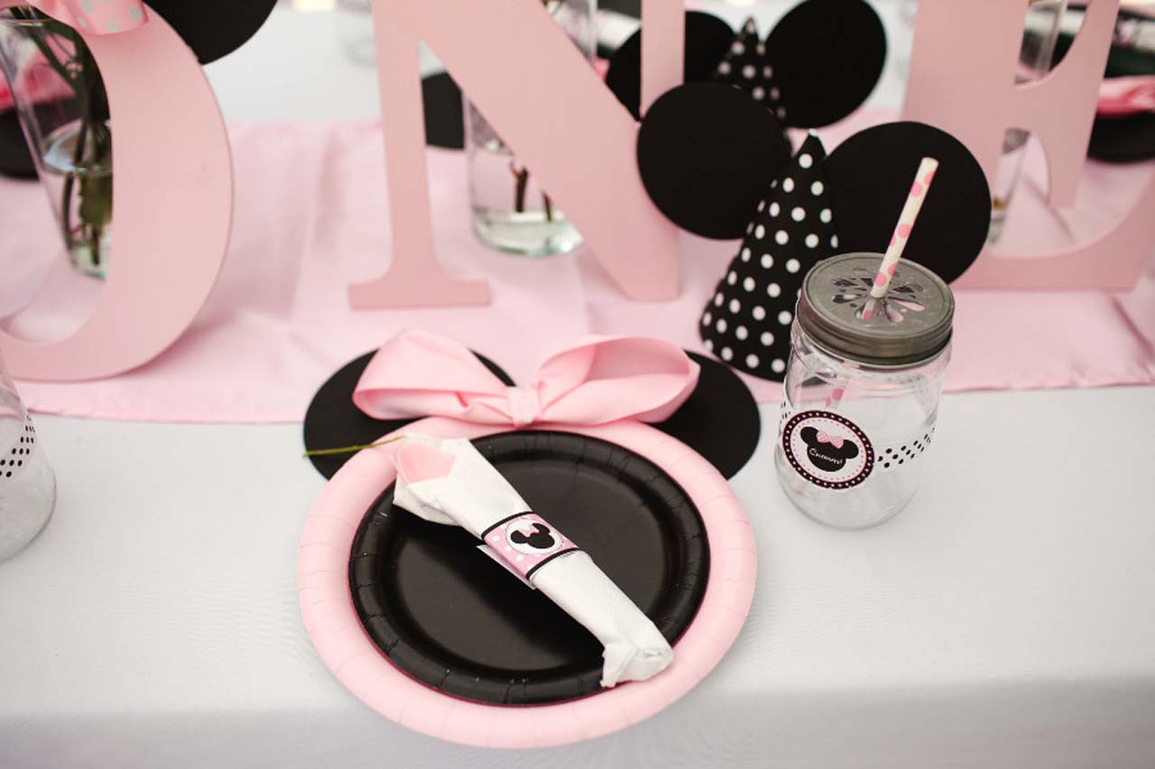 décoration table assiette noire et rose